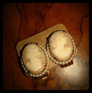 🌹Beautiful vintage cameo clip on earrings 🌹